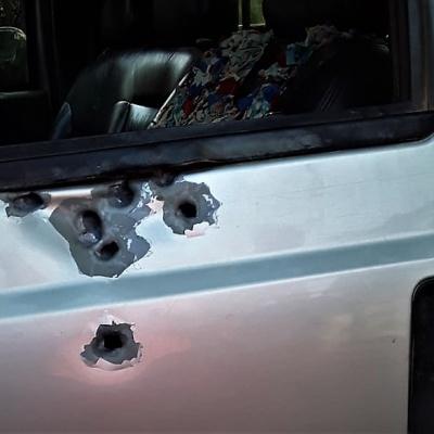 Picape que transportava geraizeiros foi atingida por tiros disparados por pistoleiros. Foto cedida pela comunidade