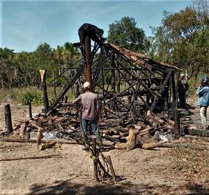 Jagunços que estariam a serviço de grandes fazendeiros incendiaram casa dos posseiros. Foto cedida pela comunidade